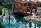 Fontana i drveni mostic preko potoka